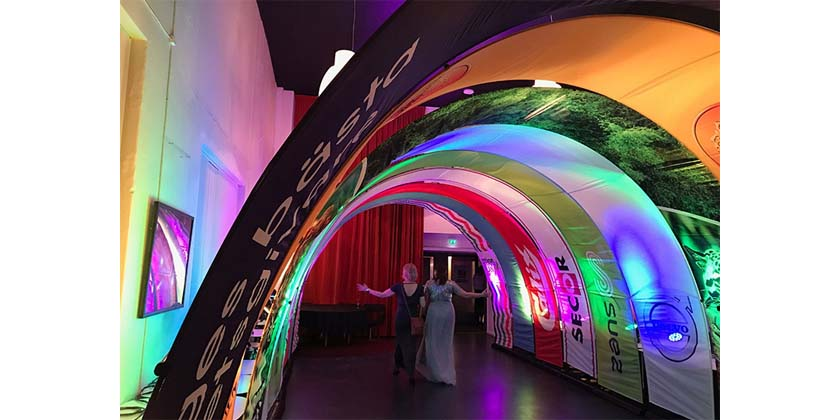 Bannerbow-tunnel-entree